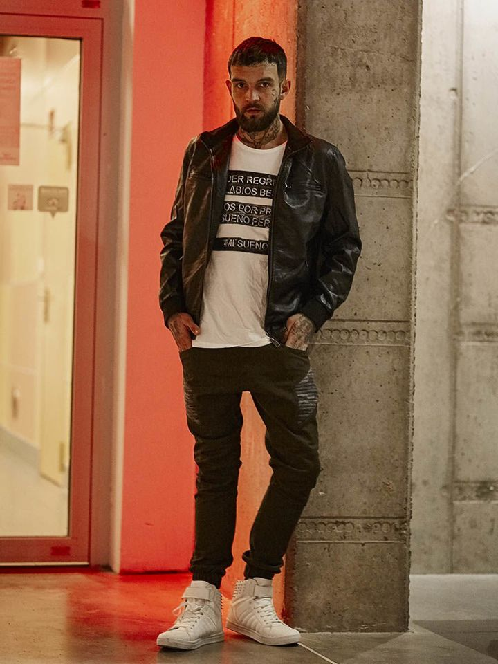 Outfit No 142 Leather Jacket Printed T Shirt Sneakers