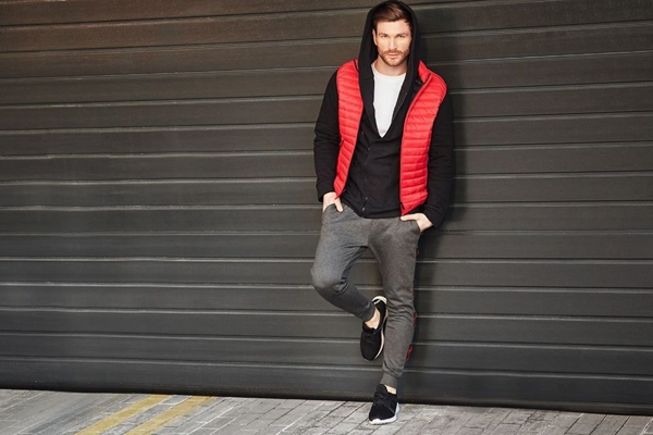 Outfit No. 427 - Gilet, Hoodie, Plain T-shirt, Sneakers